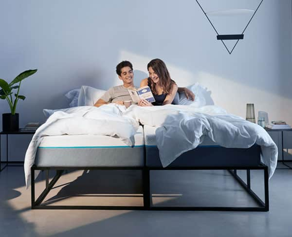 twee 1-persoons matrassen op een bed